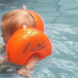 Babyschwimmen Baby im Wasser