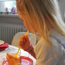 Orangensaft schmeckt auch Kindern