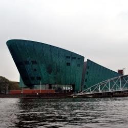mit den Kindern im Nemo Science Center in Amsterdam Außenansicht
