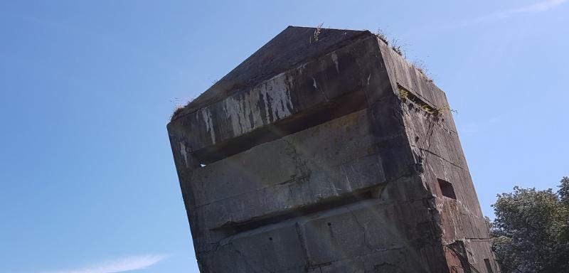 Schiefer Turm Kreigsrelikt in Nordfrankreich