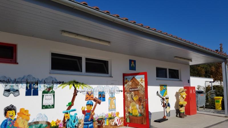 Legomädels und -jungs überall, sogar vor und im Sanitärgebäude, Campingplatz Legoland Deutschland Resort
