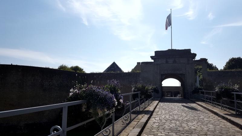 Stadtmauer und -tor von Gravelines in Nordfrankreich