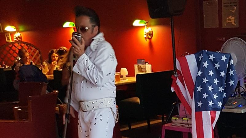 französisches Elvis Double auf dem Campingplatz Le Cormoran, Frankreich