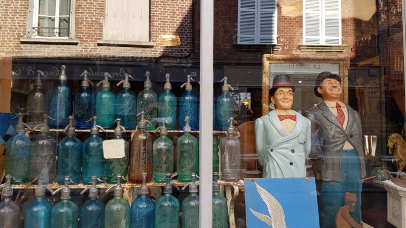 mit dem wohnmobil nach honfleur, antiquitätengeschäft, frankreich