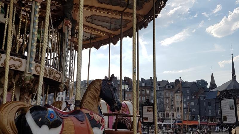 karussel am hafen in honfleur, frankreich