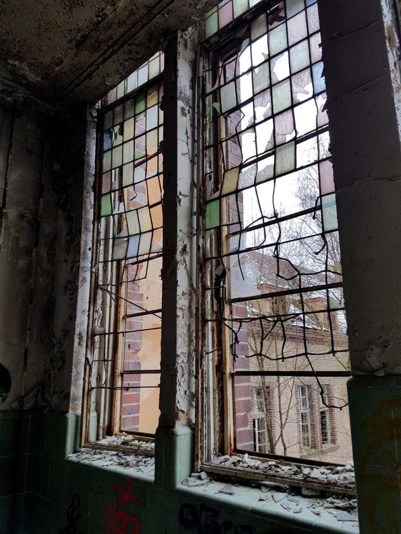 Fenster im Treppenhaus der ehemaligen Chirurgie