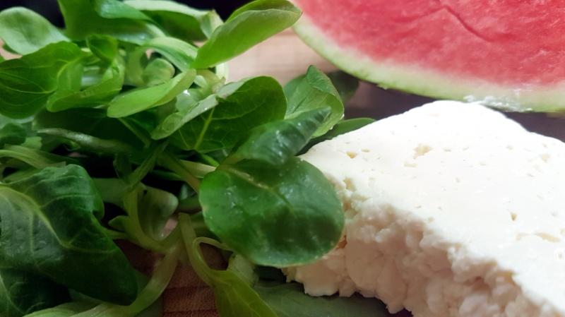 Wassermelone-Feldsalat mit Feta ist ein leckerer Sommersalat