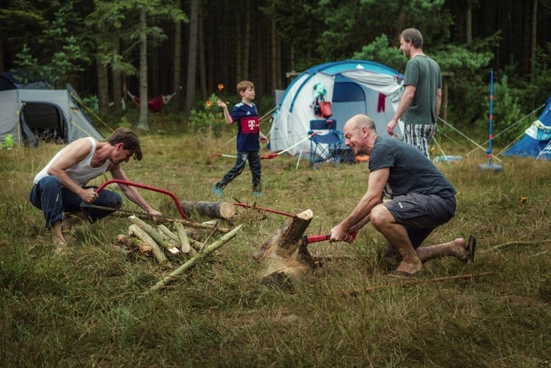 Holz machen, Männerjob, Väter, Kinder, Eltern, Papa, Familie, Abenteuer, Familienleben, Familienzeit, Kindheit
