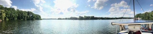Motorboot, Boot, Schiff, Schifffahrt, See, Havel, Berlin, auf dem Wasser unterwegs, Ausflugstipp, Ausflug, motorbootfahren, Urlaub, Ferien, Sommer, Mädchen mit Strohut